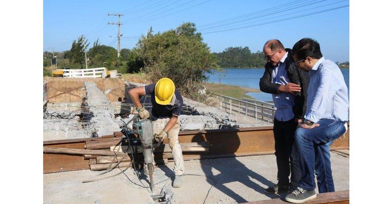 Três vigas pré-moldadas são instaladas na Ponte de Ibiraquera, em Imbituba, e nova estrutura deve ficar pronta antes do Natal - Portal AHora