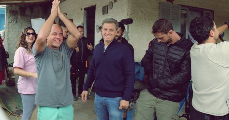 De surpresa, global Luciano Huck e equipe do