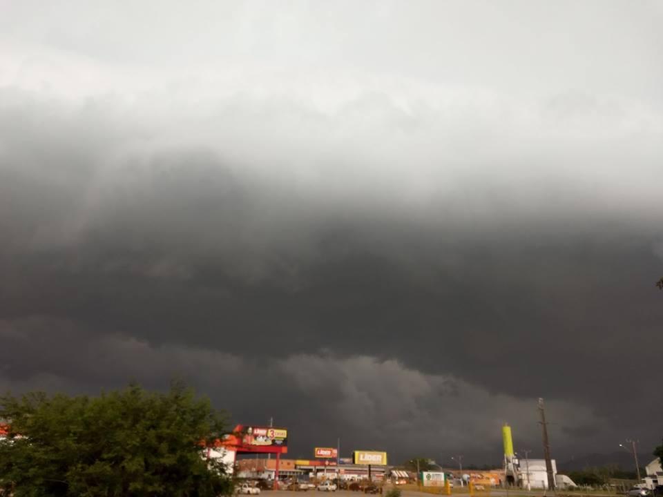 No Bairro Vila Nova, em Imbituba, temporal se formou em uma imensa nuvem negra registrada pelo fotógrafo Ronaldo Pires