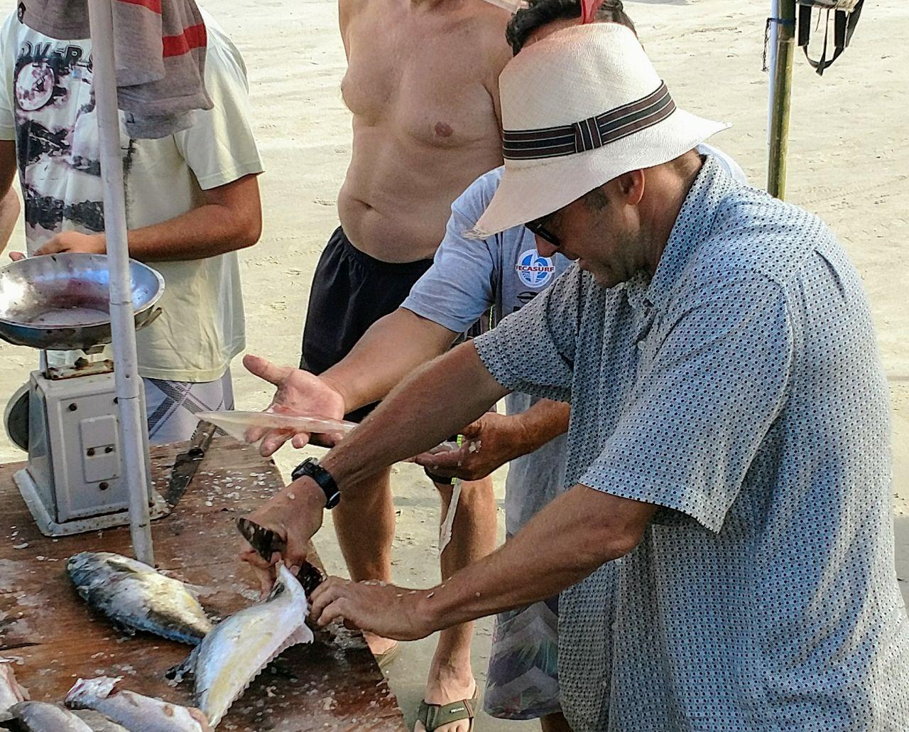 Rolo adquirindo peixes frescos dos pescadores da região