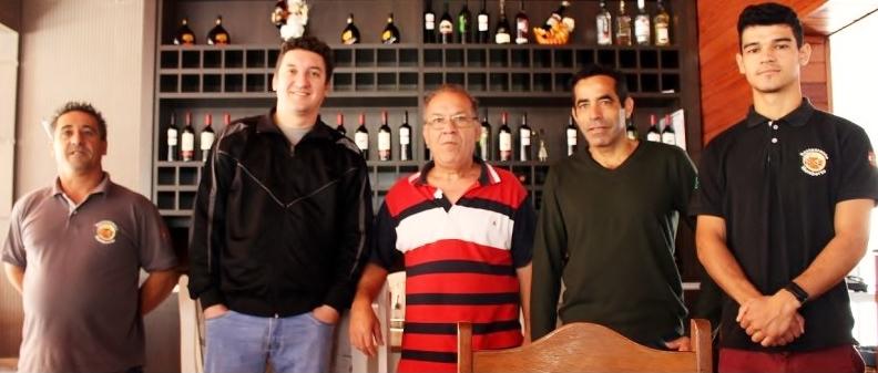 Enquanto pessoal da cozinha está a postos, Alexandre e Humberto Soares (1º e 2º da esquerda para a direita) posam com a equipe de garçons do restaurante, prontos para mais um dia de grande movimento na Quaresma