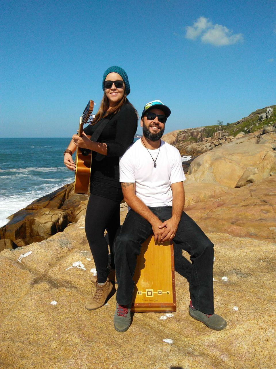 """Mariana e seu """"companheiro de vida, o baixista, percussionista e cantor Rodrigo Balsemão"""