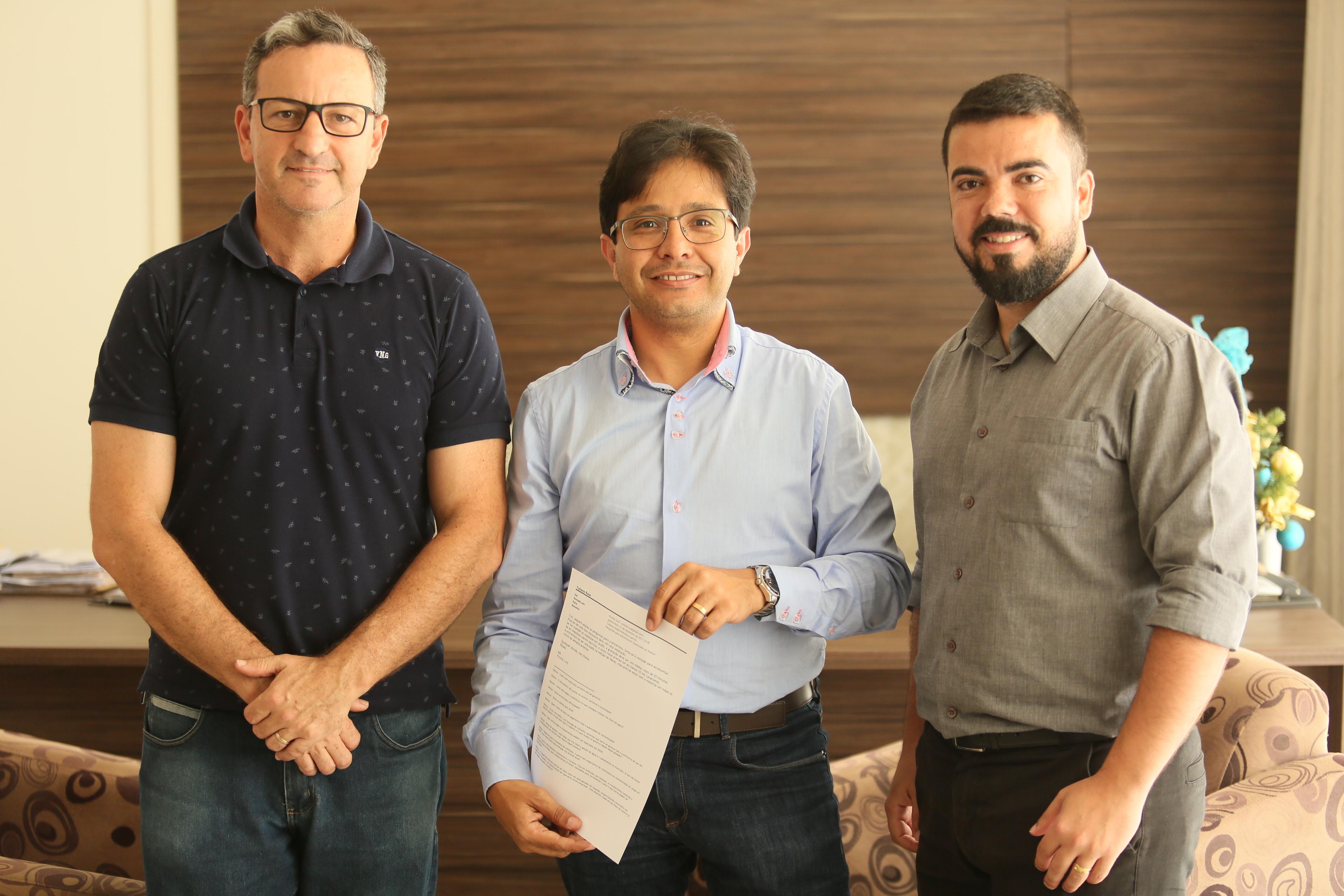 Responsáveis pelas indicações, vereadores Humberto dos Santos (E) e Eduardo Faustina (D) posam ao lado do prefeito Rosenvaldo Júnior após assinatura do convênio
