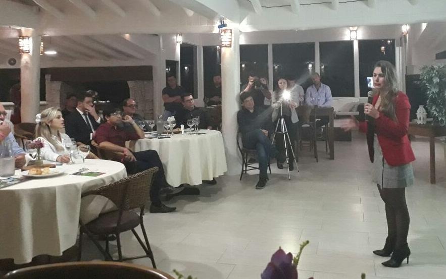 ponto alto da reunião foi a palestra da ex-prefeita de Bombinhas, Ana Paula da Silva (PDT) que apresentou o caso bem sucedido da cobrança iniciada durante sua gestão