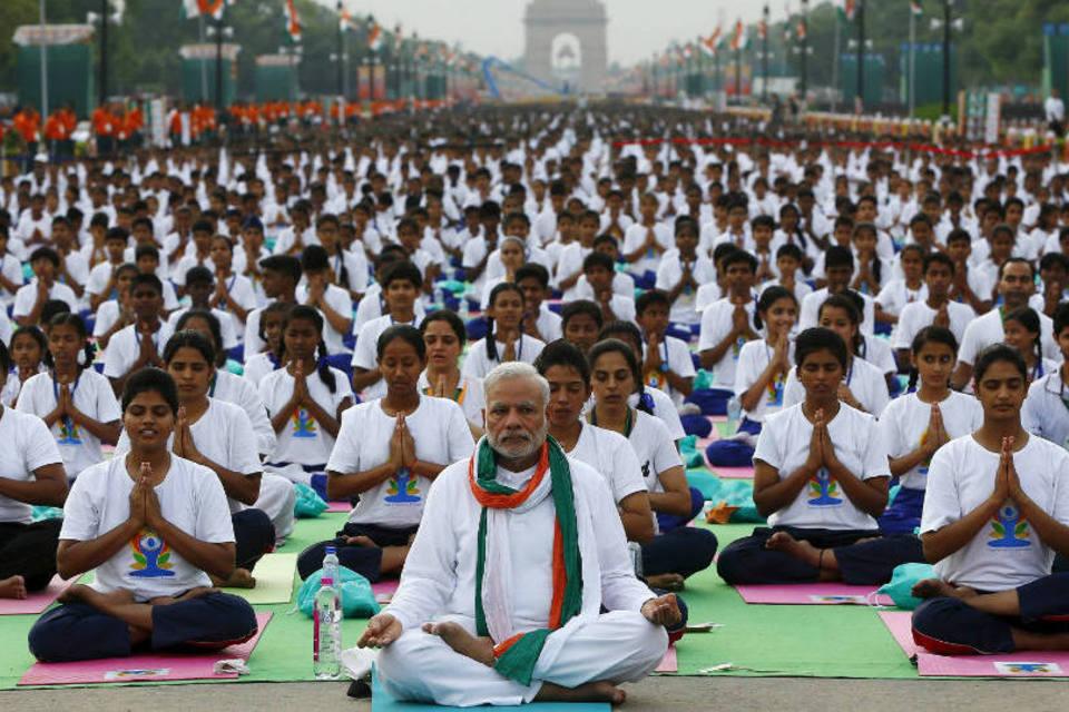 Primeiro-ministro da Índia, Narendra Modi, lidera multidão no Dia Internacional da Yoga