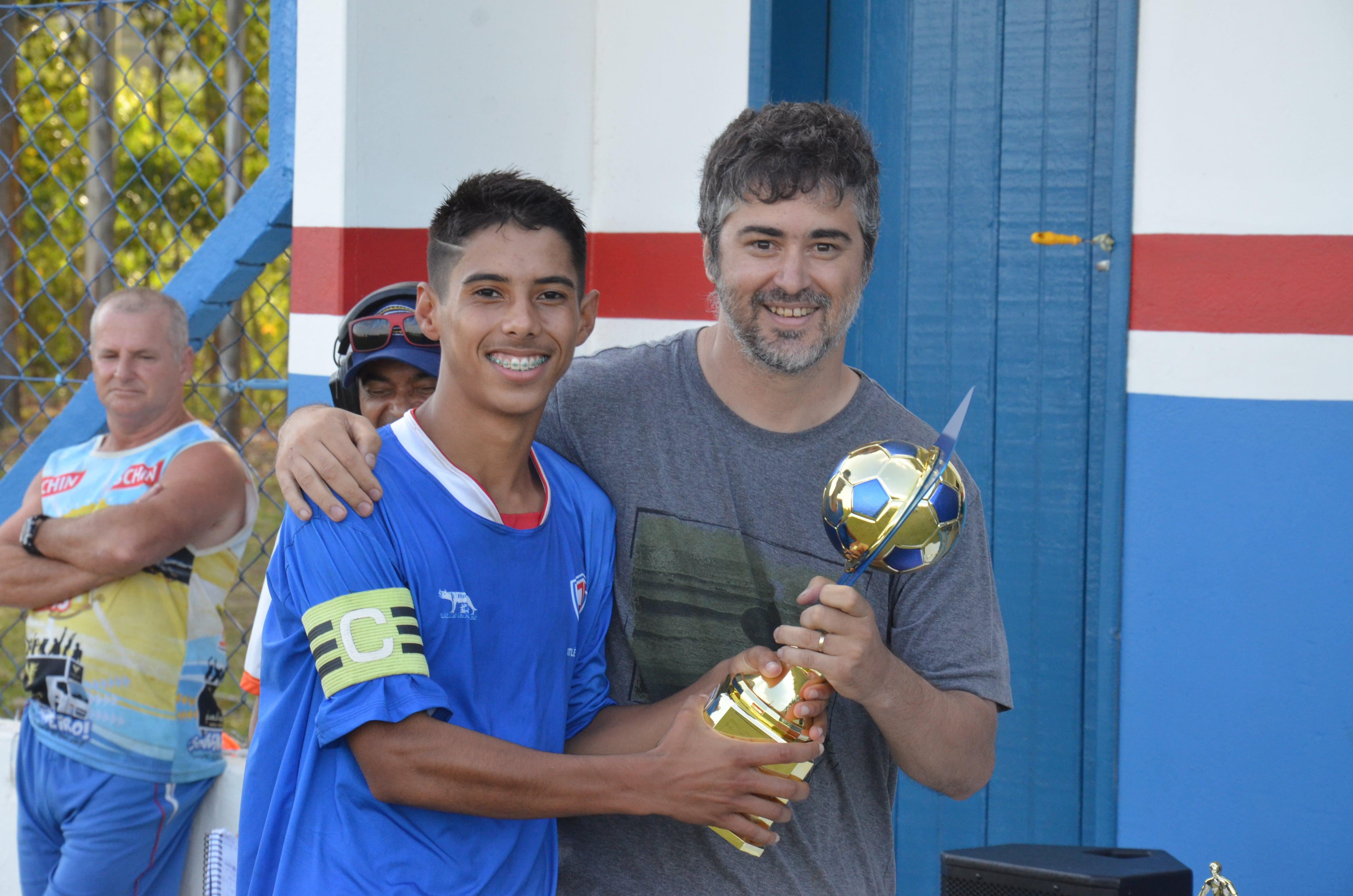 Natanael, capitão do AC Imbituba recebe a taça das mãos do Diretor da LIF, Madison Martins