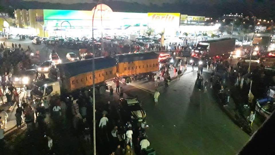 Em imbituba, caminhões estão deixando o bloqueio escoltados pelo Exército e pela PRF