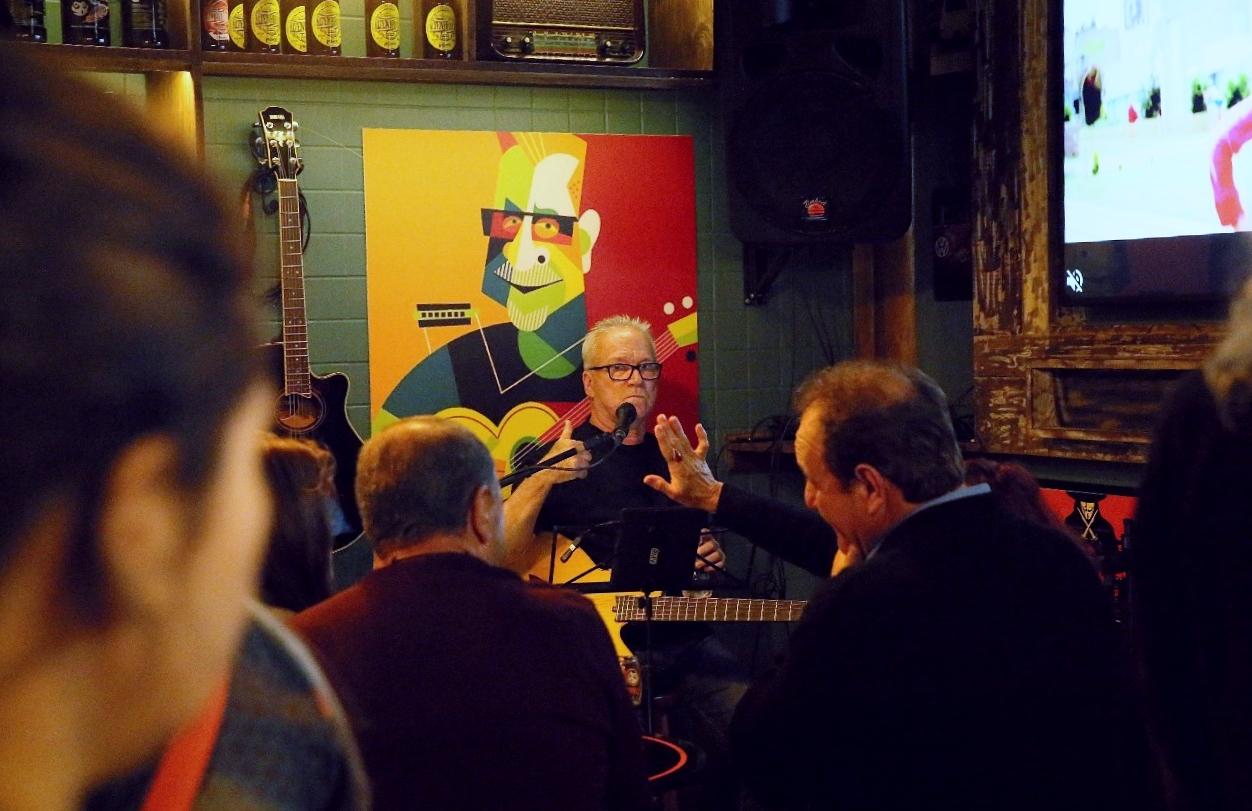 Ao lado da guitarra utilizada nos tempos de The Claytons, João Rosa brinda frequentadores coim sua música