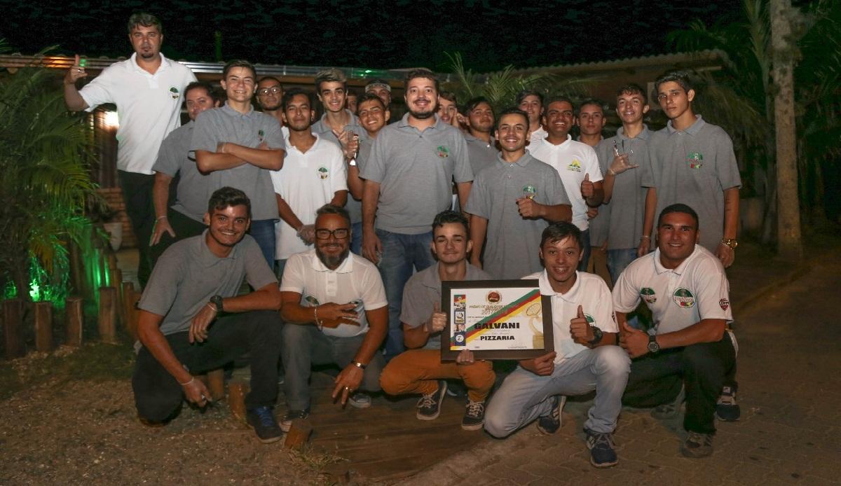 Equipe Galvani posa com o certificado emitido pela empresa especializada em pesquisas