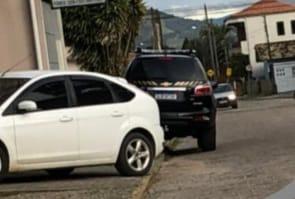 Viatura da Polícia Federal estacionada em um rua de Nova Brasília, em Imbituba