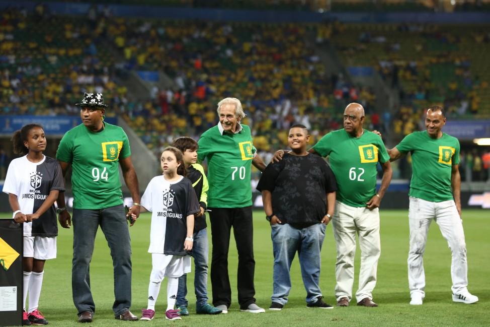 Mengálvio, representando a Copa de 62, recebe homenagem antes de Brasil e Chile, na última rodada das Eliminatórias para a Copa do Mundo de 2018